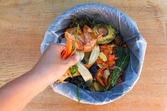 Ordures ménagères pour le compost des fruits et légumes photographie stock