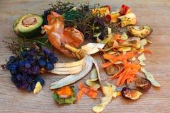 Ordures ménagères pour le compost des fruits et légumes images stock