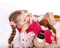Ordures malades d'enfant pour prendre la médecine. image stock