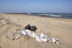 Ordures sur une plage photos libres de droits