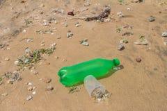 Ordures sur une plage Photo de concept de pollution environnementale photographie stock