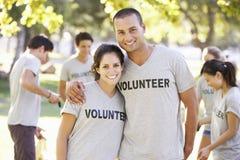 Ordures volontaires de clairière de groupe en parc photos stock