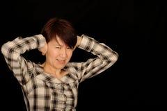 Orecchie asiatiche della copertura della donna Fotografia Stock