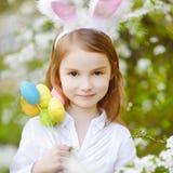 Orecchie d'uso del coniglietto della bambina adorabile su Pasqua immagine stock libera da diritti