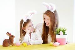 Orecchie d'uso del coniglietto della figlia e della madre su Pasqua Fotografia Stock
