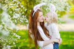 Orecchie d'uso del coniglietto della figlia e della madre su Pasqua Fotografia Stock Libera da Diritti
