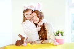 Orecchie d'uso del coniglietto della figlia e della madre su Pasqua Immagini Stock