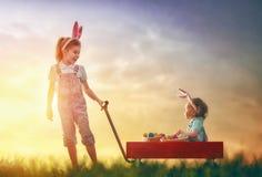Orecchie del coniglietto di usura dei bambini immagini stock libere da diritti