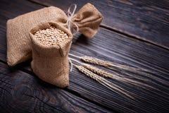 Orecchie del grano e del mais sulla tavola d'annata Immagini Stock Libere da Diritti