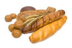 Orecchie del grano e del pane fresco su fondo bianco Fotografia Stock Libera da Diritti