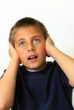 Orecchie della copertura del ragazzo che ostruiscono suono Immagini Stock Libere da Diritti