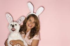 Orecchie di coniglio da portare del cane bianco e della donna. immagine stock libera da diritti