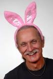 Orecchie di coniglio da portare sorridenti dell'uomo Fotografia Stock