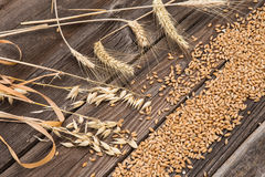 Orecchie di grano sulla tavola di legno Immagini Stock Libere da Diritti