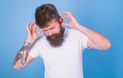 Orecchie mature rosse della fragola dei pantaloni a vita bassa barbuti dell'uomo come cuffie Concetto di colpo di estate La barba fotografia stock