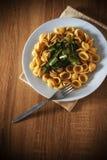 Orecchiette della pasta e piatto della verdura su una tavola di legno Fotografie Stock Libere da Diritti