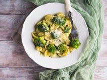 Orecchiette makaron z brokułami w białym naczyniu zdjęcie stock