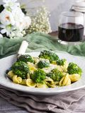 Orecchiette pasta med broccoli i den vita maträtten Royaltyfri Fotografi