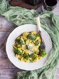 Orecchiette pasta med broccoli i den vita maträtten Royaltyfria Foton