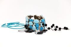 Orecchini, branelli e un braccialetto Immagini Stock Libere da Diritti