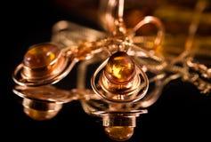 Orecchini con ambra preziosa fotografia stock