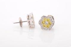Orecchini con i diamanti su fondo bianco Fotografia Stock