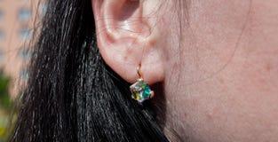 Orecchini con la bella pietra sull'orecchio Immagini Stock Libere da Diritti