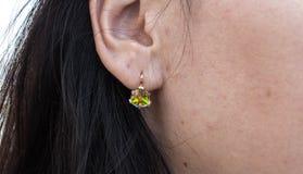 Orecchini con la bella pietra sull'orecchio Fotografia Stock Libera da Diritti