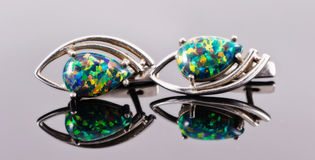 Orecchini d'argento sotto forma degli occhi umani con della la st colorata multi Fotografia Stock