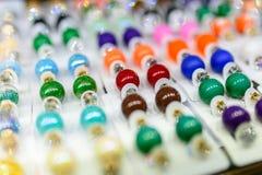 Orecchini dei colori differenti e per ogni gusto Immagini Stock