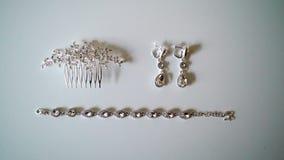 Orecchini dei gioielli della donna, braccialetto e clip di capelli archivi video