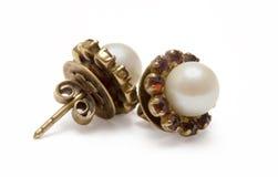 Orecchini del granato con le perle Immagini Stock Libere da Diritti
