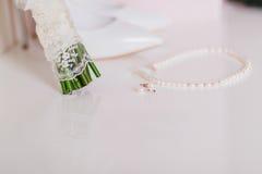 Orecchini della perla di nozze ed alto vicino della collana Immagine Stock