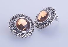 orecchini di modo o dei gioielli su un fondo Fotografia Stock Libera da Diritti