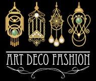 Orecchini dorati con la perla e lo smeraldo nello stile di art deco Un insieme di quattro gioielli antichi unici, pendente a fili Immagine Stock Libera da Diritti