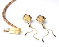 Orecchini e collana dorati Immagini Stock Libere da Diritti