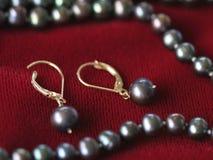 Orecchini neri della perla Fotografie Stock