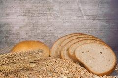 Orecchio e pane del frumento Immagini Stock