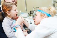 Orecchio, naso, esame della gola Medico OTORINOLARINGOIATRICO con un bambino otorinolaringoiatria fotografie stock libere da diritti