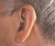 Orecchio sordo della protesi acustica dell'uomo immagine stock libera da diritti