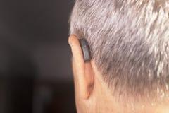Orecchio sordo della protesi acustica dell'uomo fotografia stock