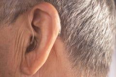 Orecchio sordo della protesi acustica dell'uomo fotografie stock libere da diritti