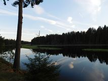 Oredezh河和它的银行日落的 库存照片