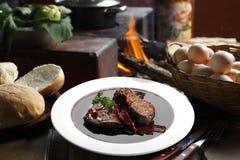 oregano διχτυού μαγειρέματος βόειου κρέατος μπέϊκον καλύτερο φρέσκο απομονωμένο mignon έτοιμο λευκό μπριζόλας δεντρολιβάνου λογικ Στοκ Φωτογραφίες