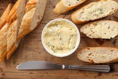 Oreganon för koriander för rosmarin för timjan för bagett för ört för smör för sammansättning för vitlökbröd Royaltyfri Fotografi