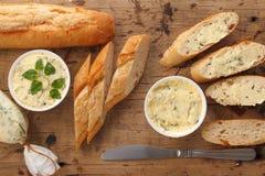 Oreganon för koriander för rosmarin för timjan för bagett för ört för smör för sammansättning för vitlökbröd Arkivfoton
