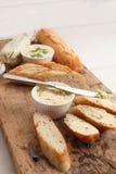 Oreganon för koriander för rosmarin för timjan för bagett för ört för smör för sammansättning för vitlökbröd Arkivfoto