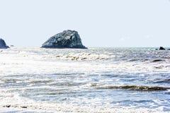 Oregon-Küsten-Wellen und Felsen Stockbild