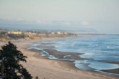 Oregon kustlinje i Newport Oregon från utstående naturligt område för Yaquina huvud royaltyfri bild
