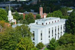 Oregon-Landesbibliothek mit zwei Kirchen in Salem, Oregon Lizenzfreies Stockfoto